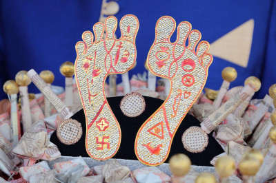 The divine lotus feet of Lord Shree Swaminarayan showing all 16 divine markings