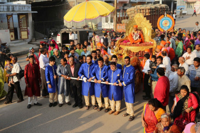 Disciples pull the golden chariot towards the festival ground
