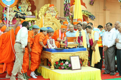 Acharya Swamishree Maharaj launches a new web site - the �North America Convention 2015� - will gather thousands of disciples of Shree Swaminarayan Gadi spread across North America amongst its eleven mandals