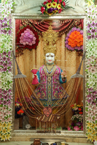 Divine darshan of Lord Shree Swaminarayan adorned in a 25-strand garland made from various nuts and seeds