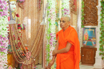 His Divine Holiness Acharya Swamishree performs the silver jubilee poojan ceremony