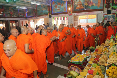 His Divine Holiness Acharya Swamishree and Sants together perform aarti to Lord Shree Swaminarayanbapa Swamibapa and the annakut