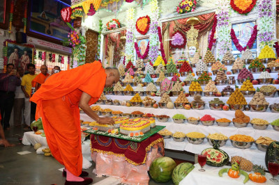 His Divine Holiness Acharya Swamishree cuts the silver jubilee anniversary celebration cake