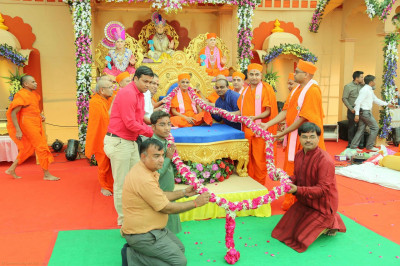 A special 25 foot garland of flowers is offered to His Divine Holiness Acharya Swamishree celebrating the 25 year anniversary of Shree Swaminarayan Mandir Kheda