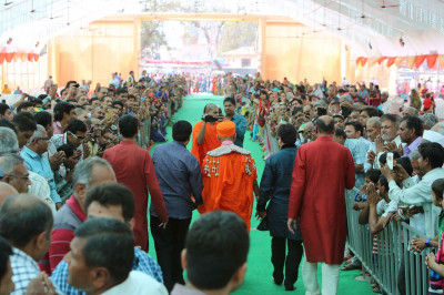 Disciples line to recieve the darshan of His Divine Holiness Acharya Swamishree at the conclusion of this fantastic silver jubilee celebrations in Kheda