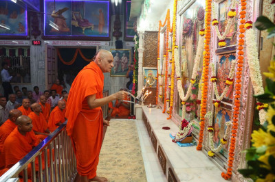 Acharya Swamishree Maharaj perform Mangla aarti at Kheda Mandir