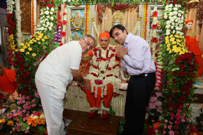 Acharya Swamishree Maharaj gives darshan to disciples