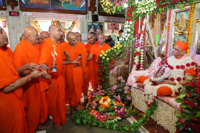 Sants perform aarti to Acharya Swamishree Maharaj