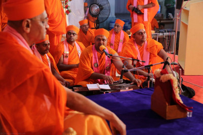 Divine darshan of Acharya Swamishree during the event