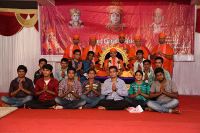 Acharya Swamishree gives darshan to former and current students of the Chatralay