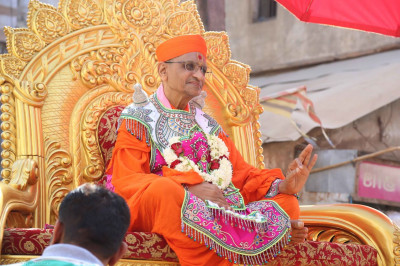 Acharya Swamishree gives darshan during a procession in Bhuj