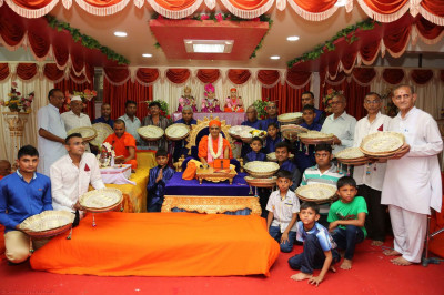 Acharya Swamishree gives darshan to disciples on whose behalf the parayans are being held