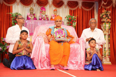 Acharya Swamishree gives darshan during the evening performances at Bhuj Mandir