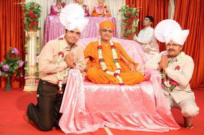 Acharya Swamishree gives darshan to guests