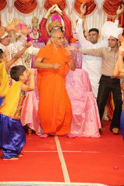 Acharya Swamishree dances with the performers