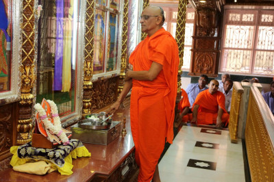 Acharya Swamishree performs the patotsal ceremony at Bhuj Mandir