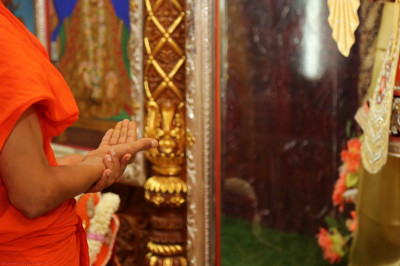 Acharya Swamishree performs the patotsal ceremony