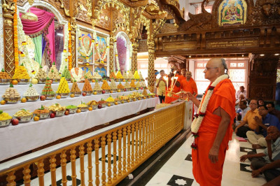 Acharya Swamishree performs the annakut aarti