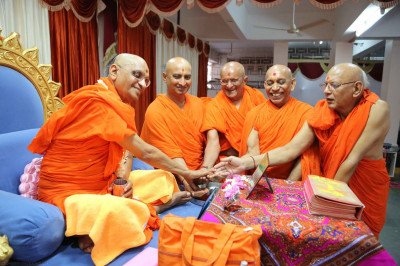 Acharya Swamishree performs the ritual to commence the scripture recitals