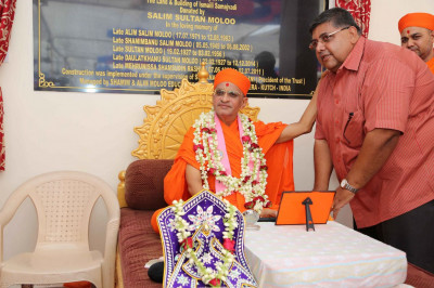 Acharya Swamishree gives darshan to Mr Moloo's family members