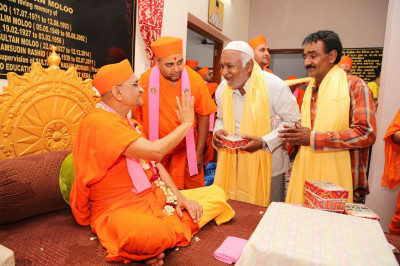Acharya Swamishree gives darshan to members of the community
