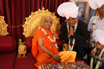 Acharya Swamishree gives darshan to disciples on whose behalf the parayans were held