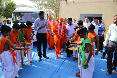 Acharya Swamishree arrives at a school in Sukhpar