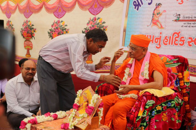 Acharya Swamishree gives darshan to the school's administrators