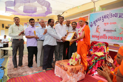 The school presents a Thank You letter to Acharya Swamishree
