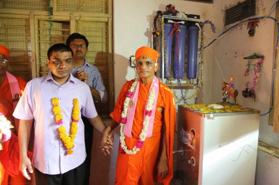 Acharya Swamishree inaugurates a water purification system for the school