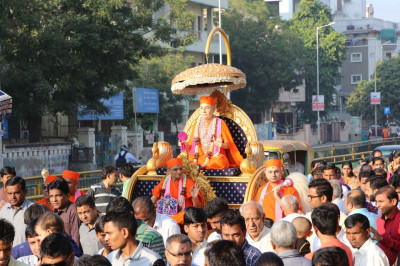 Divine darshan of Jeevanpran Swamibapa on a chariot