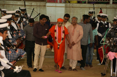 Acharya Swamishree Maharaj arrives in the auditorium