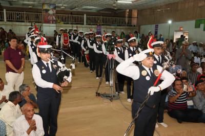 Shree Muktajeevan Swamibapa Pipe Band gives a salute