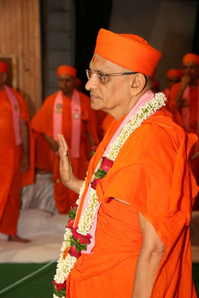 Acharya Swamishree Maharaj showers His blessings