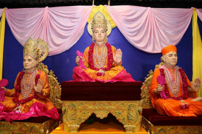 Divine darshan of Shree Ghanshyam Maharaj, Jeevanpran Bapashree and Jeevanpran Swamibapa