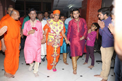 Disciples escort His Divine Holiness Acharya Swamishree to the devotional song