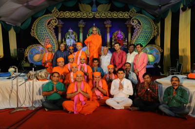 His Divine Holiness Acharya Swamishree blesses all Sants, disciples and artists that took part in the evening performances