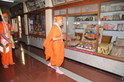 His Divine Holiness Acharya Swamishree performs the darshan of all of the divine items used by Jeevanpran Shree Muktajeevan Swamibapa in Shree Swaminarayan Tower Maninagar