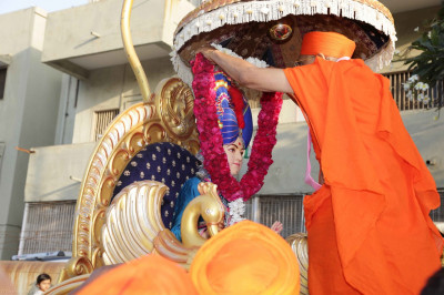 His Divine Holiness Acharya Swamishree presents a garland of flowers to Lord Shree Swaminarayan