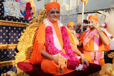 Divine darshan of His Divine Holiness Acharya Swamishree seated on the magnificent chariot