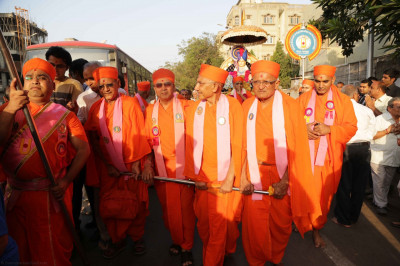 Sants pull the chariot from Shree Swaminarayan Tower into the mandir complex