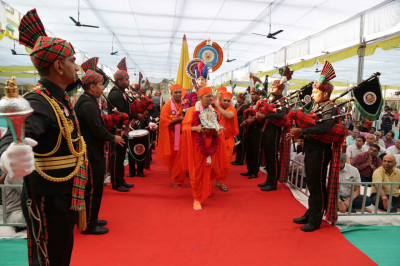 His Divine Holiness Acharya Swamishree blesses all disciples of H. H. Swamibapa Pipe Band as they perform