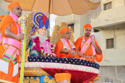 Divine darshan of Lord Shree Swaminarayan and His Divine Holiness Acharya Swamishree seated on the golden float