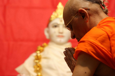 His Divine Holiness Acharya Swamishree bows down to Lord Shree Swaminarayan