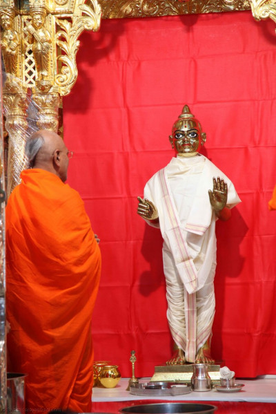 Divine darshan of Shree Harikrishna Maharaj adorned in a white shawl