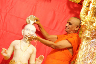 Acharya Swamishree bathes Lord Shree Swaminarayan with milk