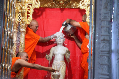 Sants bathe Shree Harikrishna Maharaj in milk