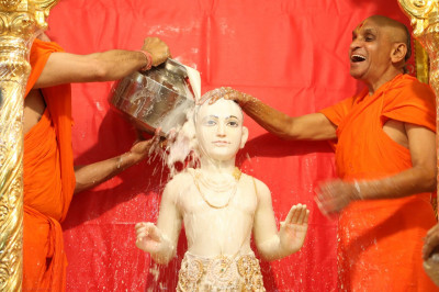 Acharya Swamishree bathes Lord Shree Swaminarayan in milk