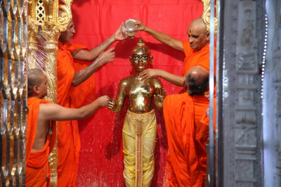 Acharya Swamishree bathes Shree Harikrishna Maharaj with the five nectars
