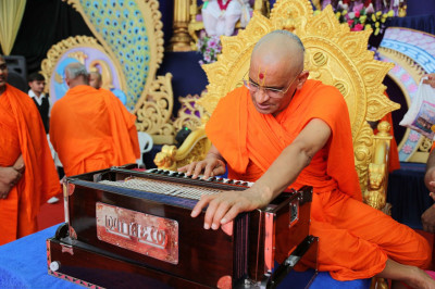 Divine darshan of Acharya Swamishree playing a disciple's new Harmonium